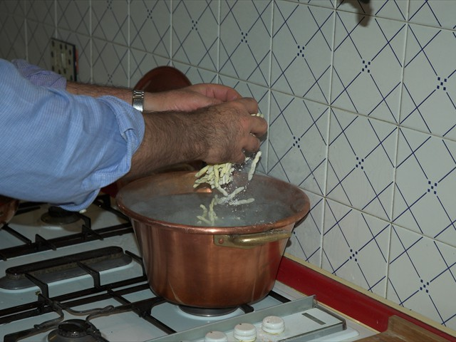 In the meanwhile we add fusilli to the boiling water.
